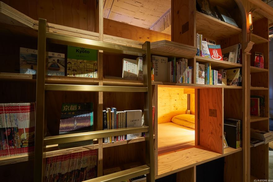 Библиотека в номере отеля