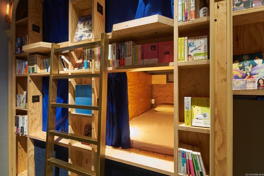 Спальное место в окружении книжных полок