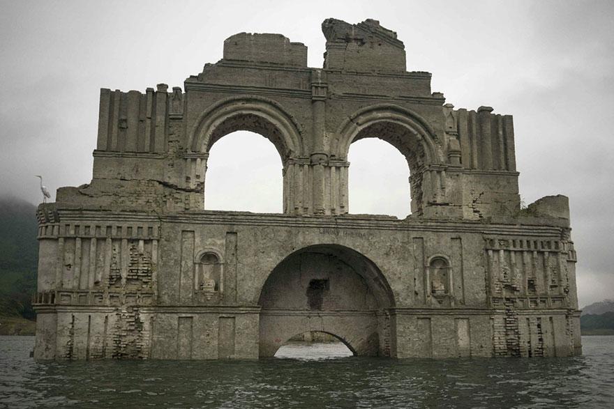 Затопленный храм показался из-под воды