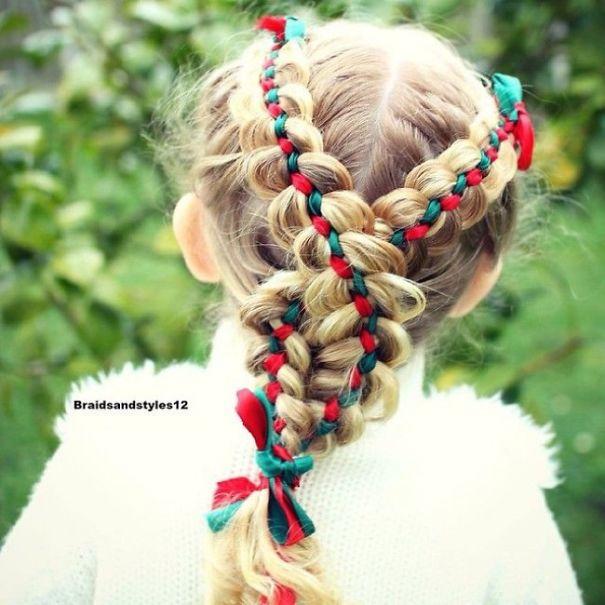 Плетение кос у девочки