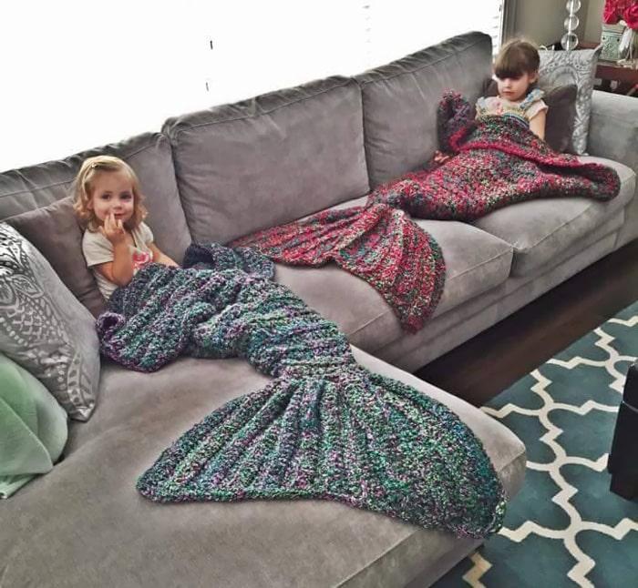 Дети на диване в теплой одежде