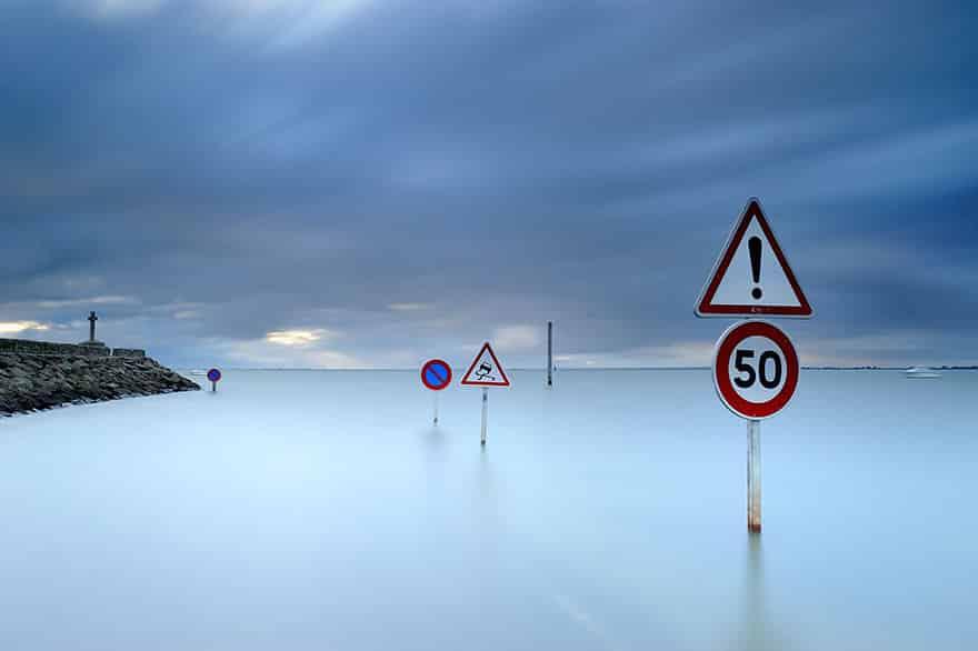 Только дорожные знаки напоминают дорогу