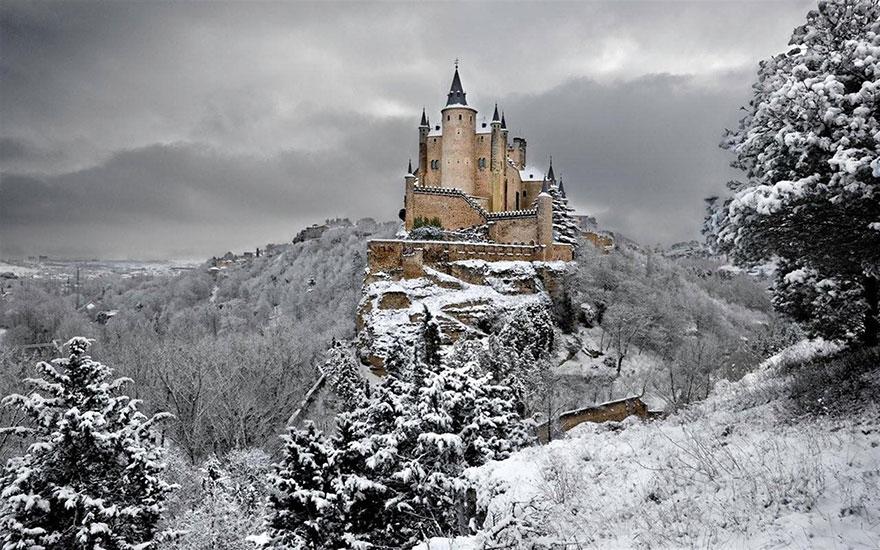 Настоящий замок на скале