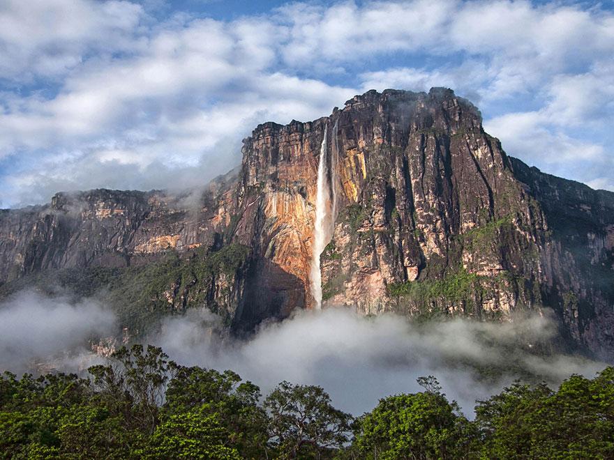Скала с водопадом