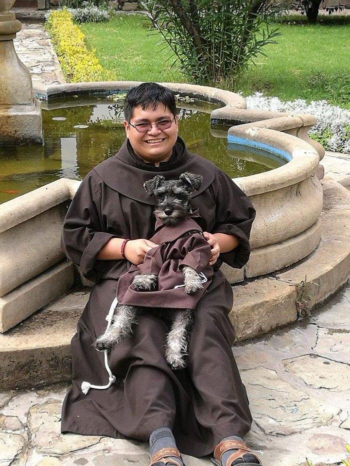 Монахи ухаживают за собакой