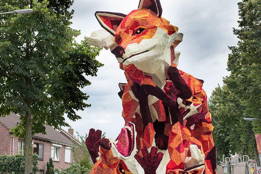 Рыжая лиса из сотен тысяч цветов