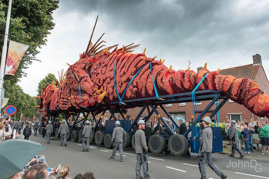 Сказочный дракон на улице в Голландии