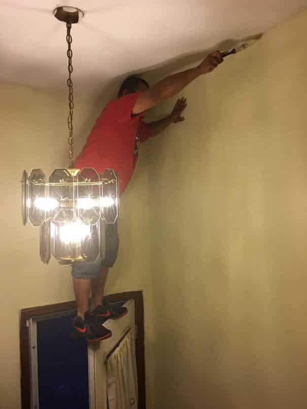 Стоя под потолком