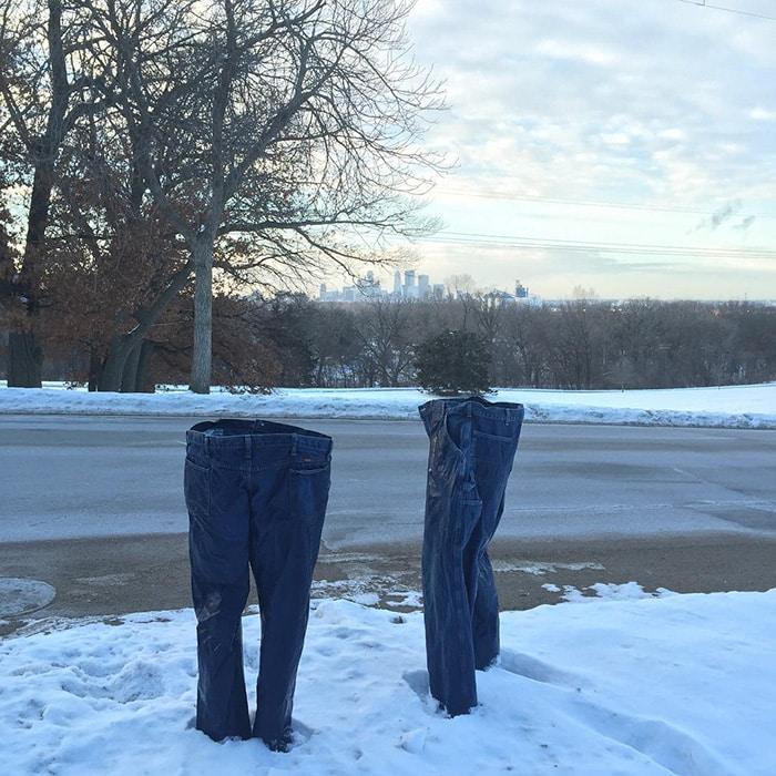 Замороженный джинсы стоят на улице