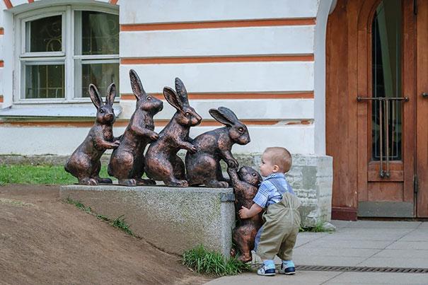 Малыш решил подсадить зайца