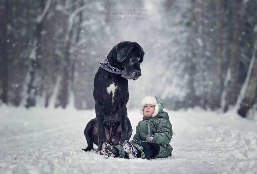 Прогулка с собакой мальчика зимой