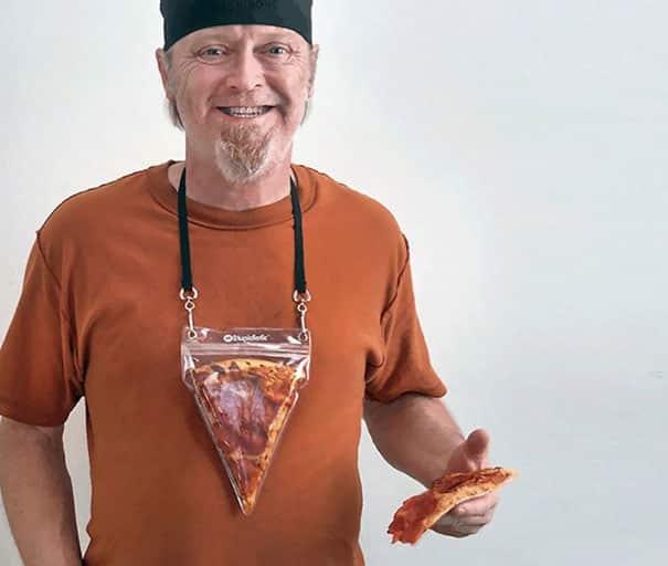 Кусочек пиццы на шее