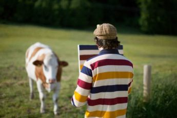 Художник путешествует по самым красивым местам только для того, чтобы нарисовать узор своей рубашки.