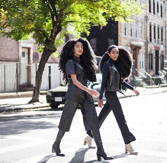 Сестрам оборачиваются в след, когда они идут по улице