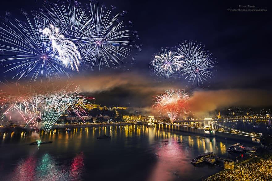 Отражение праздничных огней в реке