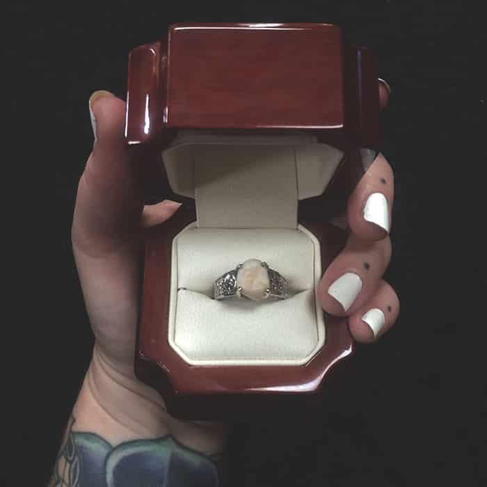 Обручальное кольце с зубом жениха