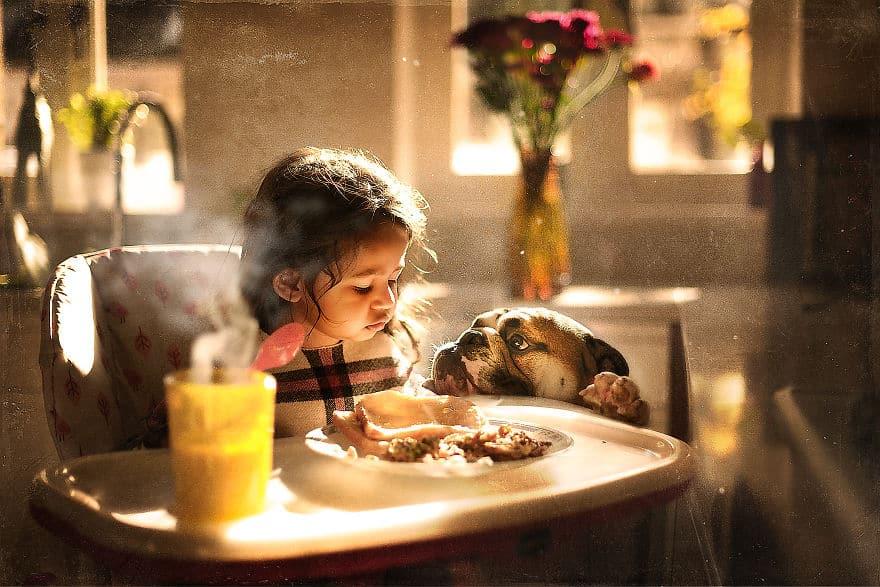 Завтрак девочки с собакой