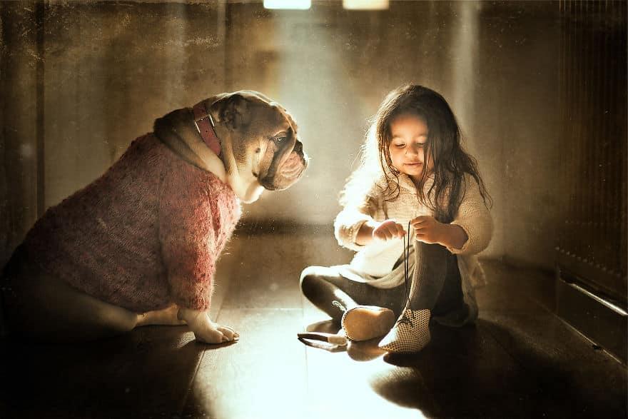 Девочка и собака во время игры