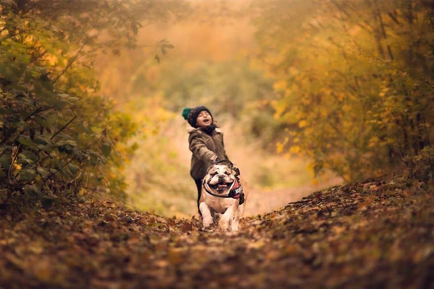 Девочка и собака на прогулке