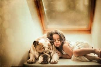Отдых девочки с собакой