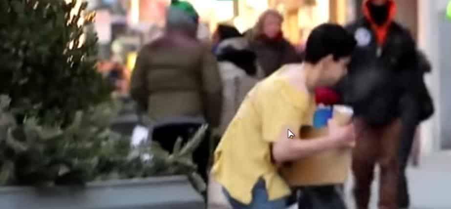 Раздетый парень на улице в мороз