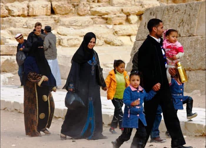 Арабская семья на улице