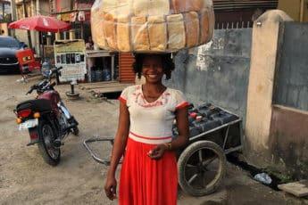 Продавец хлеба в Нигерии