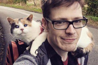Слепой кот с хозяином-поводырем