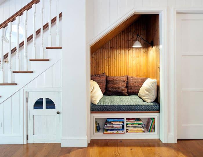Чтение книг под лестницей