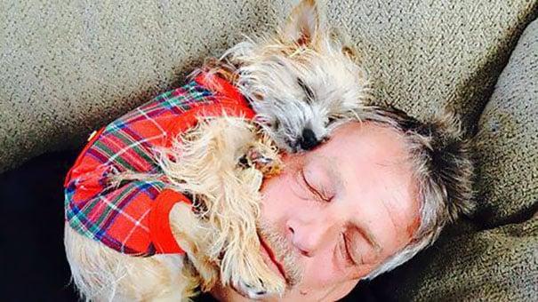 Суровый отец с любимой собакой