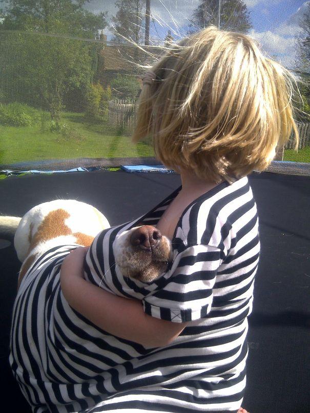 Ребенок наедине с животным