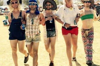Парни пародируют девушек на прогулке
