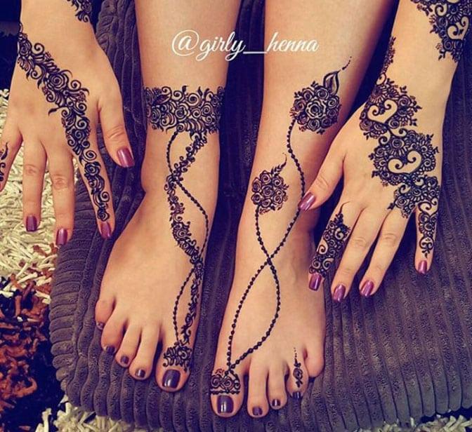 Рисунок хной на руках и ногах женщины