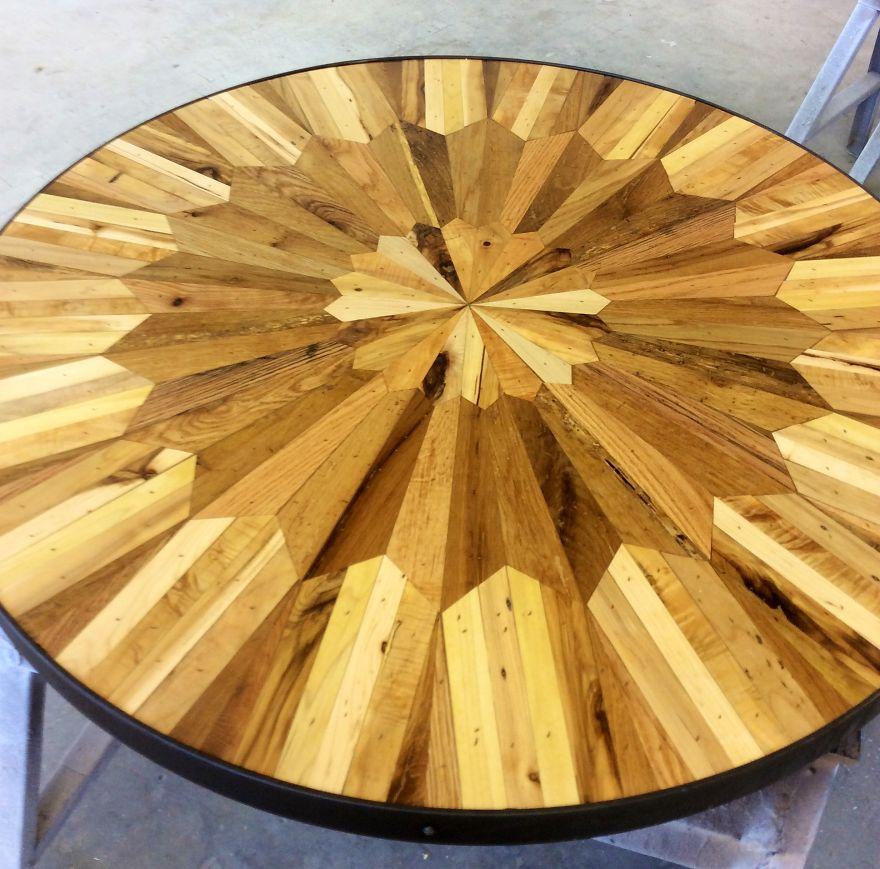 Инкрустированный деревянный столик