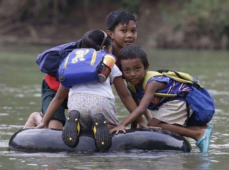 Дети плывут в школу
