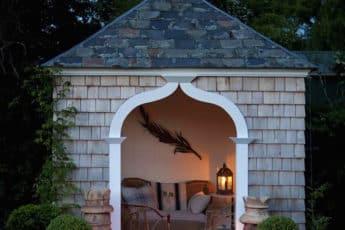 уютный маленький домик в саду