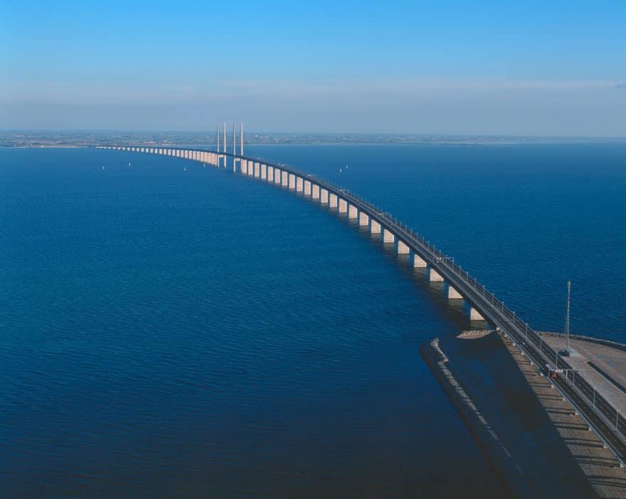 Мост между Данией и Швецией над водой