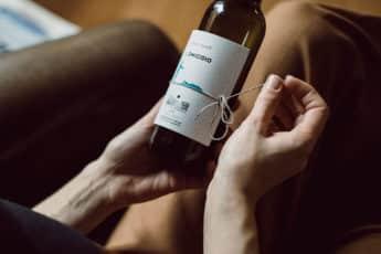 Книга вместо этикетки на бутылке итальянского вина