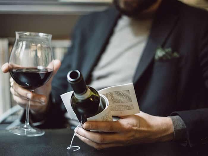 Для любителей почитать с бокалом в руке