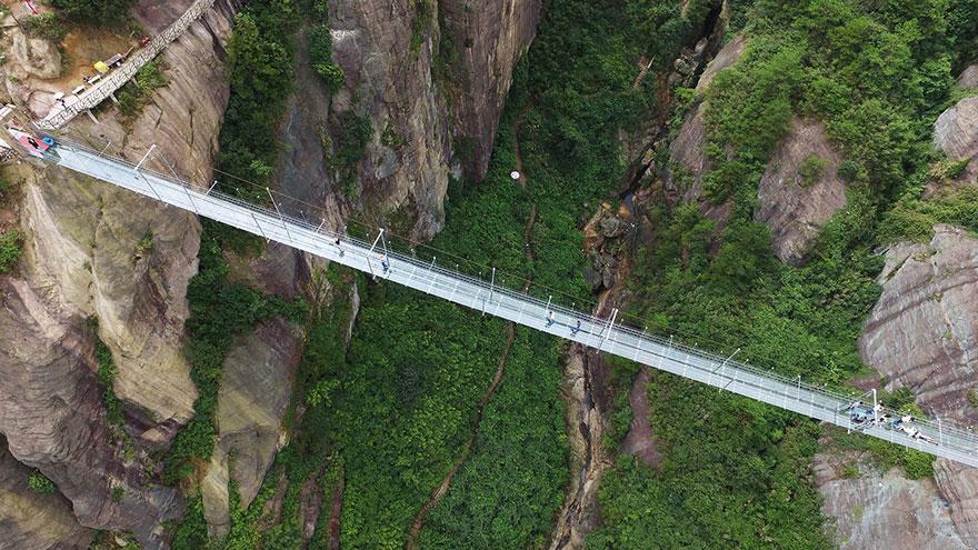 Стеклянный мост над пропастью
