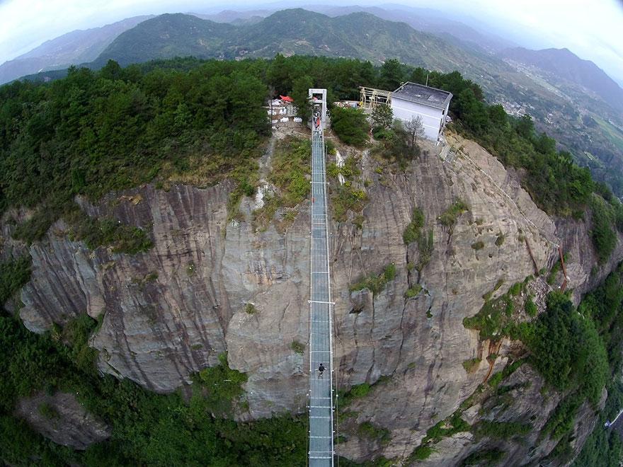 Стеклянный мост между двух скал