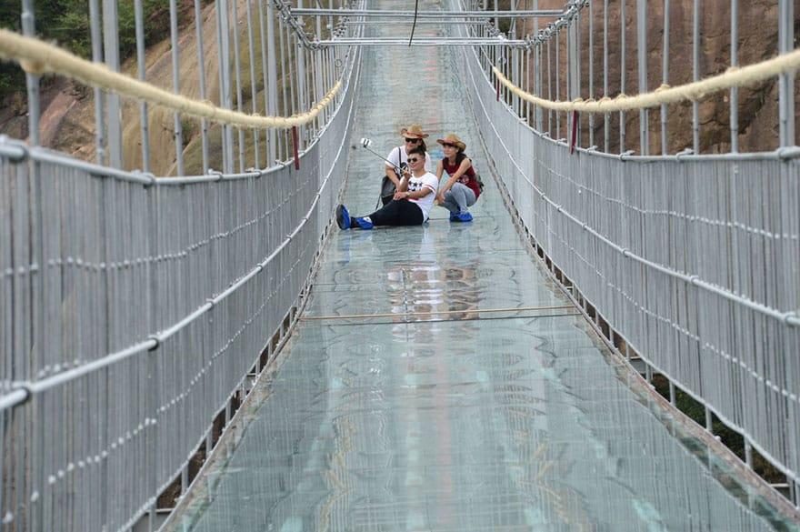 Стеклянный мост на высоте 200 метров
