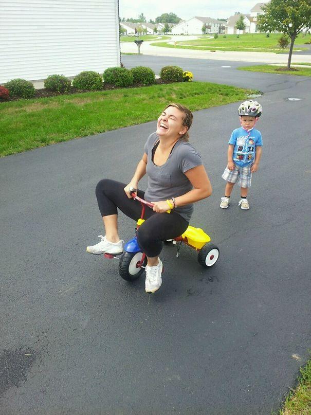 Прикольная мама на детском велосипеде
