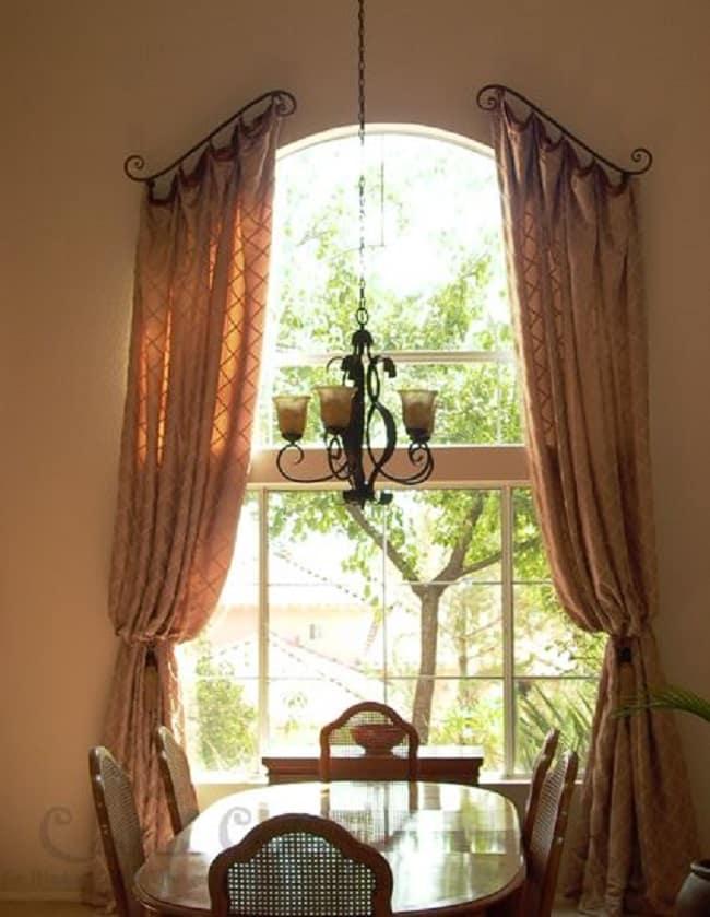Коричневые шторы на окнах