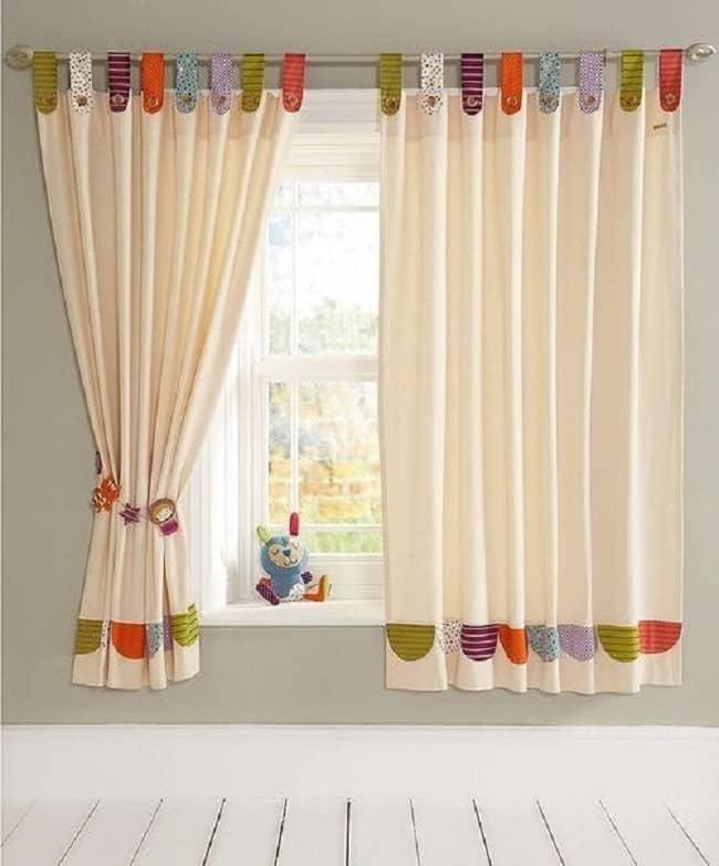 Короткие шторы на окнах
