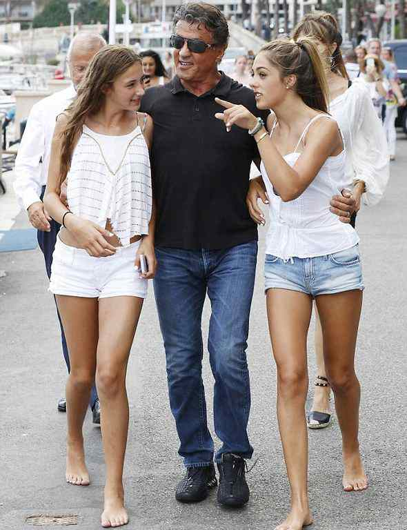 Сталлоне на прогулке с дочерьми