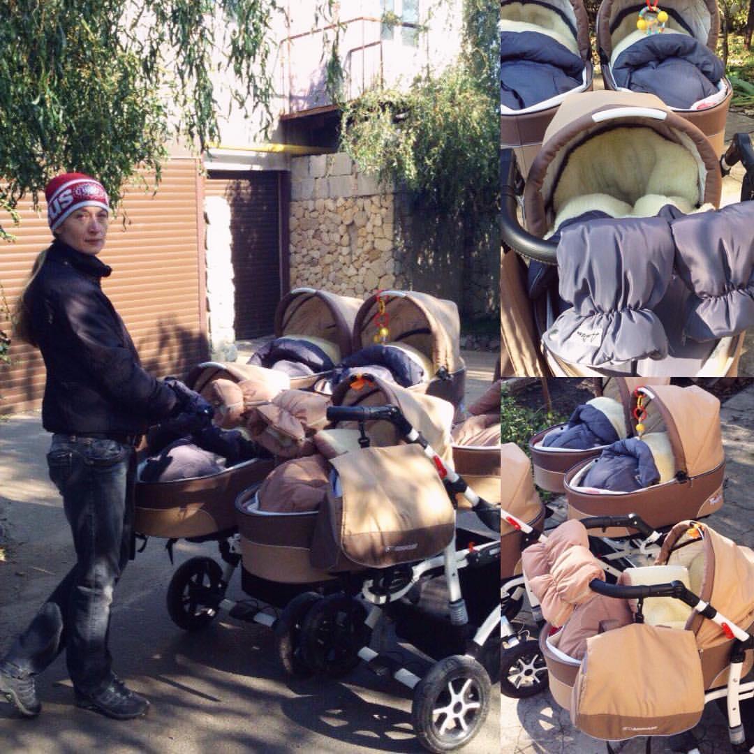 Мама на прогулке с пятерней