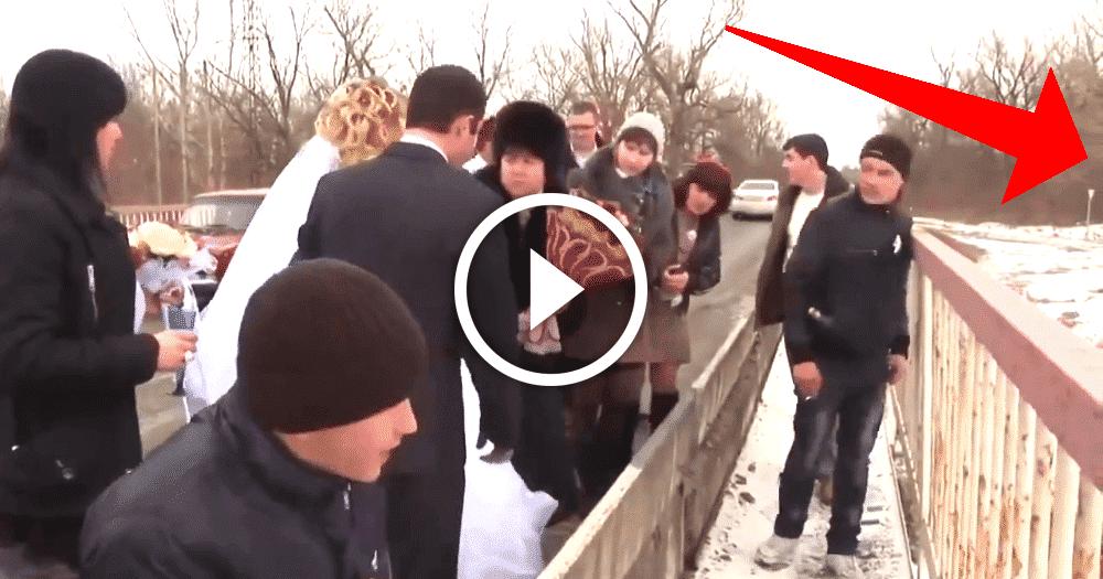 """Результат пошуку зображень за запитом """"Невеста бросила букет в реку. Через секунду гости кричали от ужаса, увидев ЭТО!"""""""