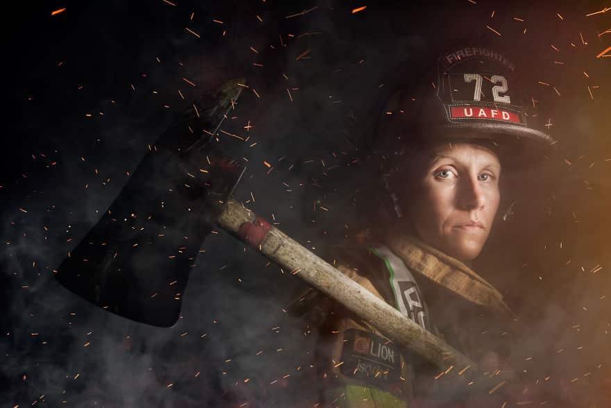 Женщина пожарный