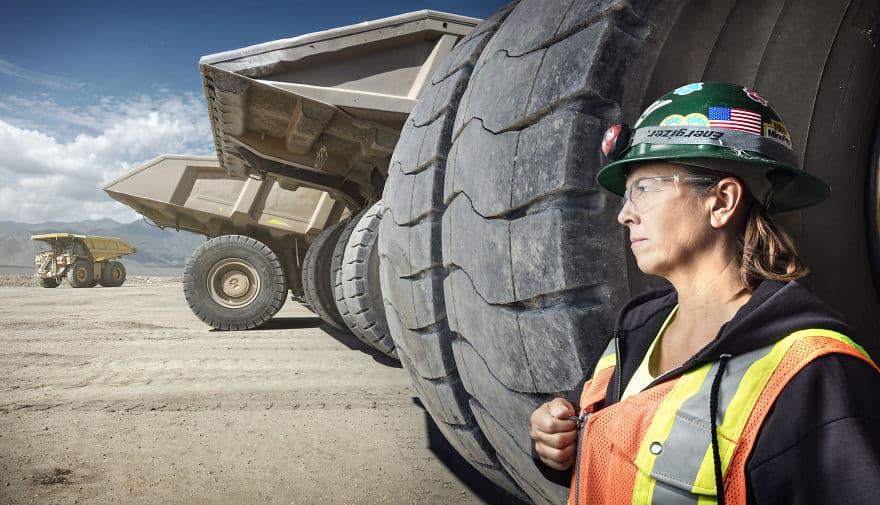Женщина водитель многотонного грузовика